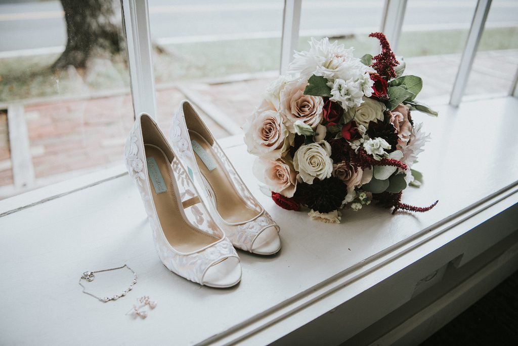 Rustic, country, burgundy, white, burlap, beige, roses, dahlias, spray roses, details, bridal bouquets.